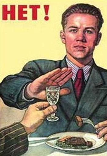 Мужчина отказывается от рюмки водки