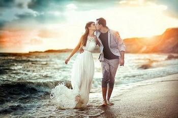 влюбленные гуляют у моря