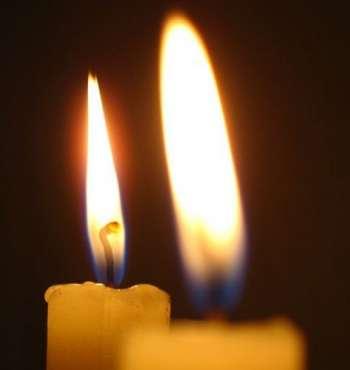 Пламя двух церковных свечей