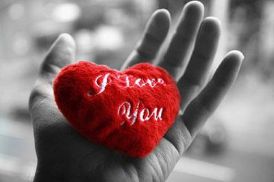 "Подушка ""I love you"" в руке"