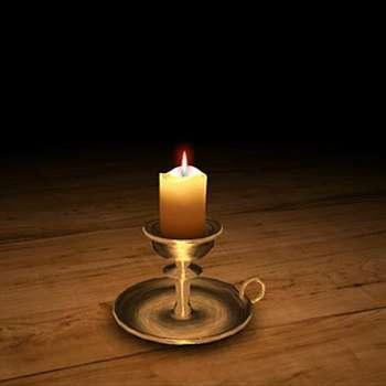 Свеча в подсвечнике горит на столе