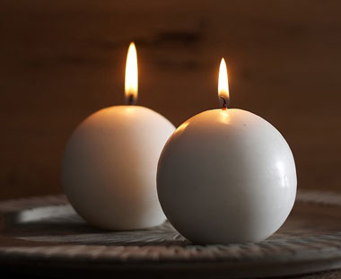 Две белые круглые свечи