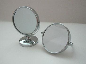 Два зеркала на столе