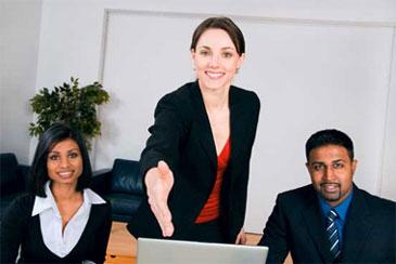 Девушка протягивает руку для рукопожатия в офисе