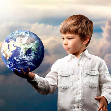 Мальчик держит в руке планету