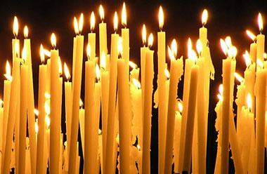 Много горящих церковных свечей