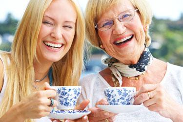 Невестка и свекровь пьют чай
