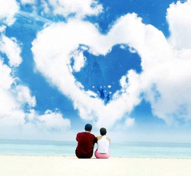 Парень и девушка сидят на пляже, на небе облако ввиде сердца