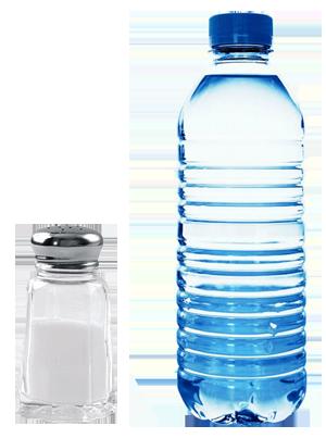 Солонка с солью и бутылка воды
