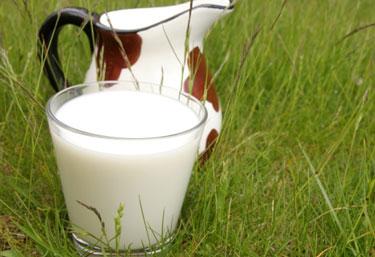 Стакан и кувшин с молоком