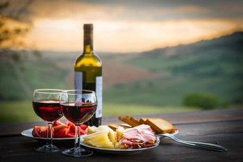 бокалы вина и еда на тарелках