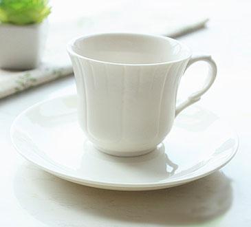 Белая чайная чашка