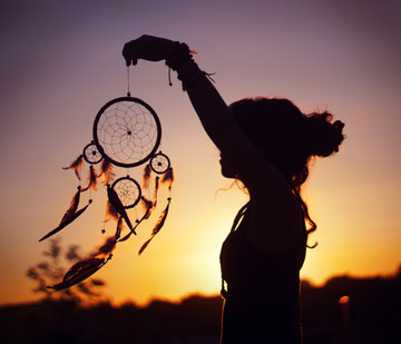 Девушка держит ловца снов