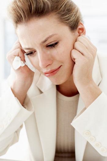 Девушка сидит и плачет