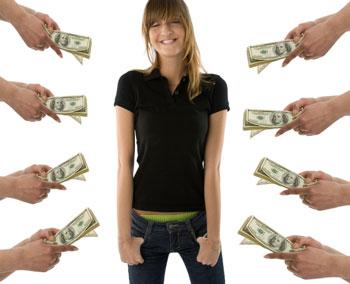 Девушке предлагают деньги со всех сторон