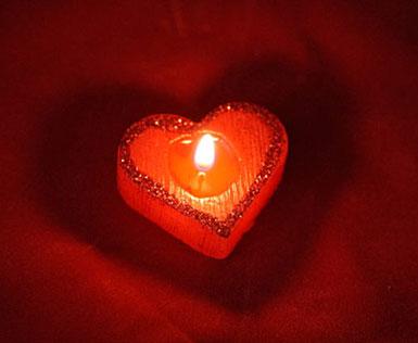 Красная свеча в виде сердечка