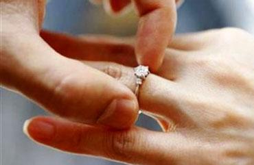 Мужчина надевает кольцо девушке