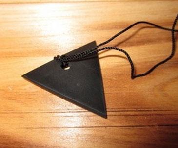 Оберег на шею в форме треугольника