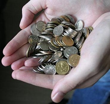 Мелкие монеты в руках