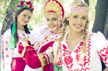 Девушки в славянских нарядах