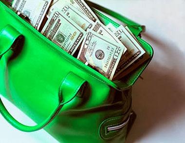 Доллары торчат из зеленой сумки