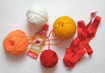 Клубки ниток, лента и клей