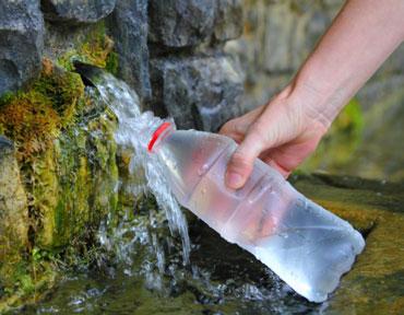 Родниковую воду набирают в бутылку
