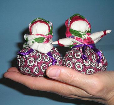 Славянские куклы обереги на ладони