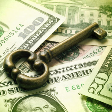 Железный ключ лежит на деньгах