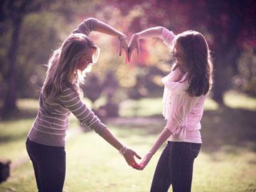 Девушки сделали из рук сердечко