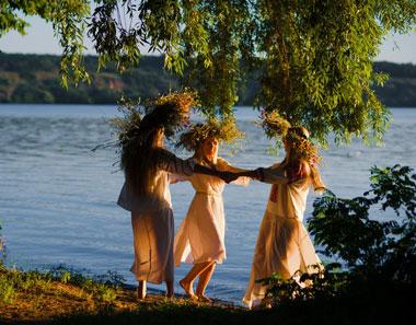 Девушки танцуют на берегу реки