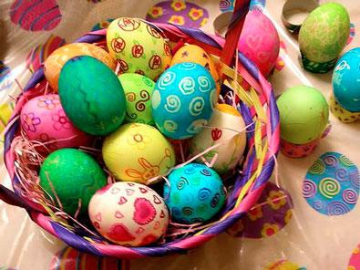 Крашеные яйца в корзинке