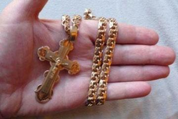 Золотой крест на ладоне