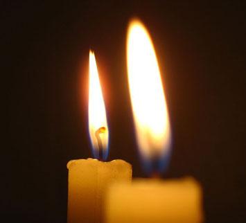 Две зажженные свечи