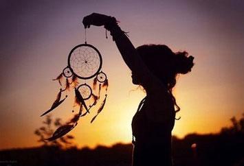 Девушка держит в руке оберег Ловец снов