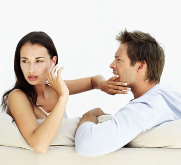 Девушка закрывает рот парню и отворачивается