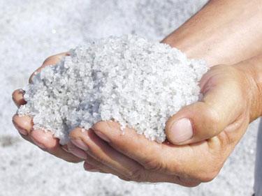 Горсть крупной соли в руках