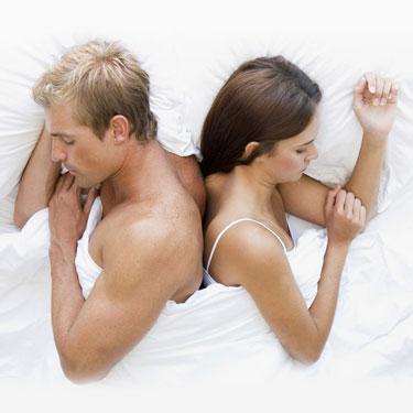 Парень и девушка лежат спинами друг к другу