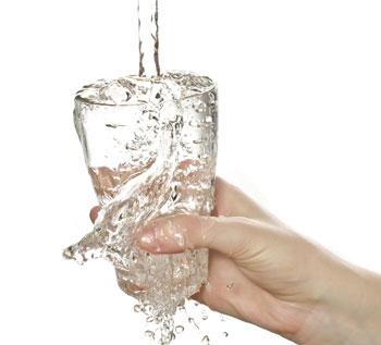 Вода льется в стакан