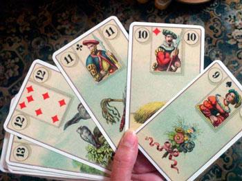 Пять игральных карт в руке