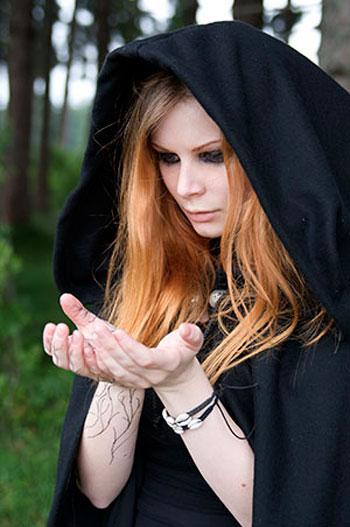 Девушка в черной мантии