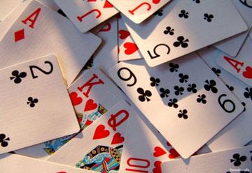 Игральные карты валяются в куче