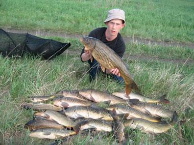 Парень держит большую рыбу