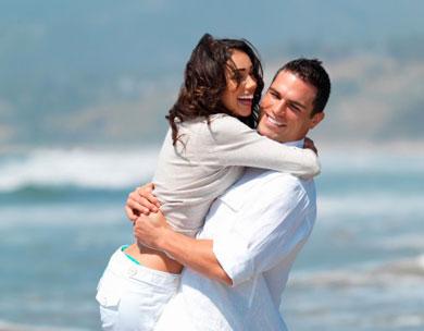 Парень и девушка обнимаются и смеются
