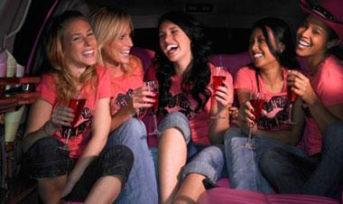 Пять девушек смеются и пьют