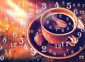 числа и чашка кофе