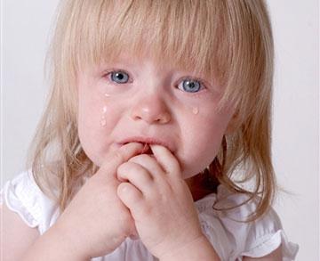 Маленькая девочка плачет