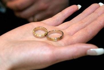 Обручальные кольца в женской ладони
