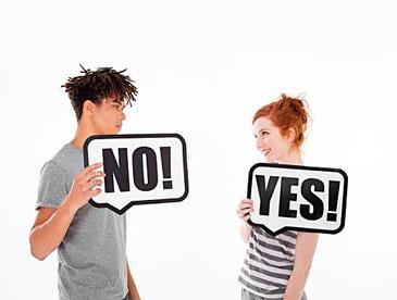 Парень и девушка с табличками NO и YES
