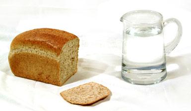 Булка хлеба и стакан воды
